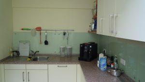 Küche mit Herd und Spülmaschine